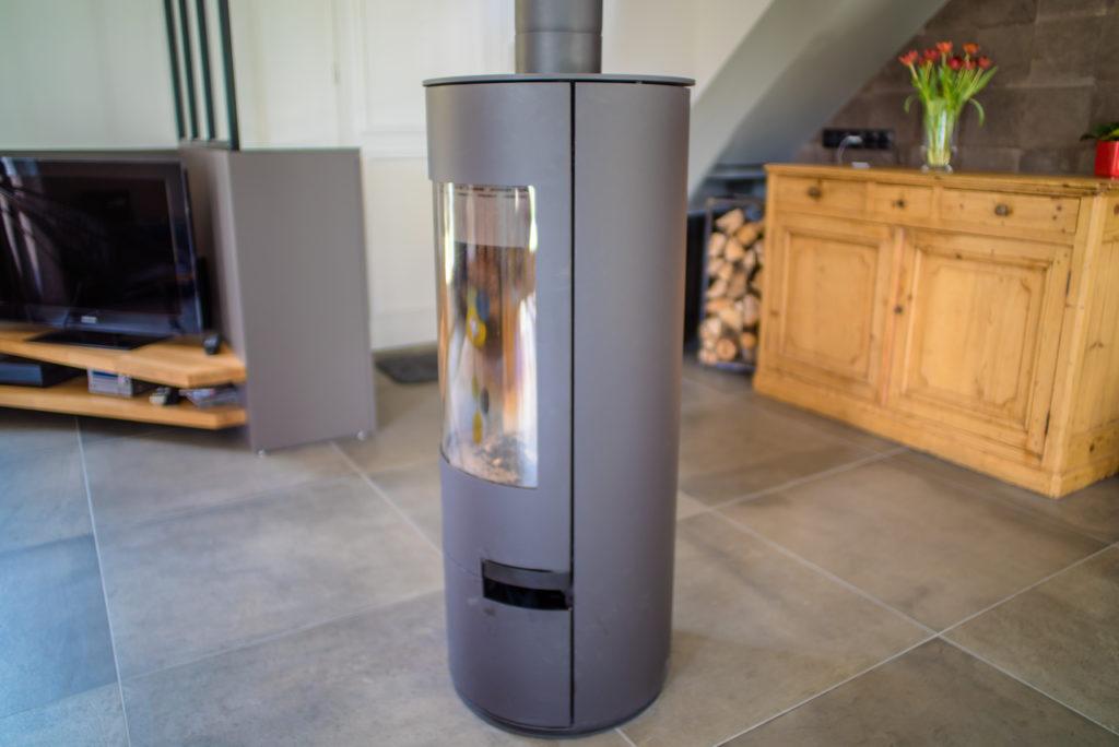 Poêle d'appoint qui remplace la grosse cheminée, celui ci tourne à 360°