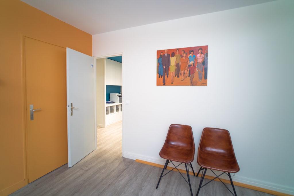 Dans cette salle d'examen les toiles sont peintes par le dentiste en question