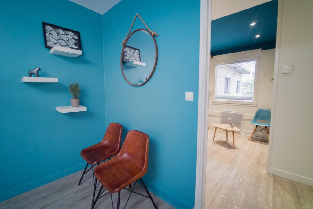 Détail sur la décoration dans la salle d'examen dentaire et vue sur la salle d'attente