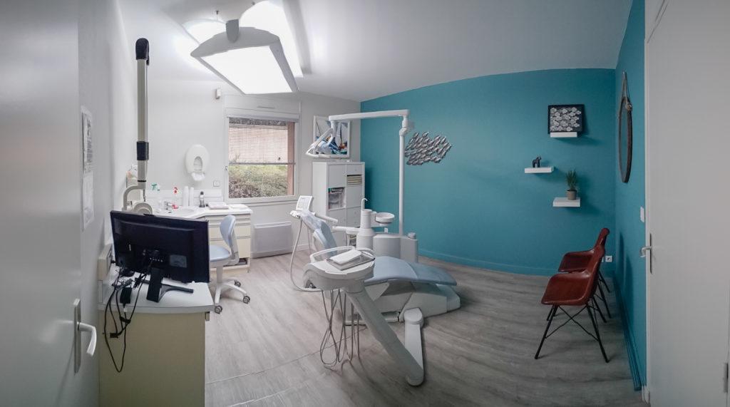On garde le lien avec le bleu et la mer dans cette salle d'examen dentaire