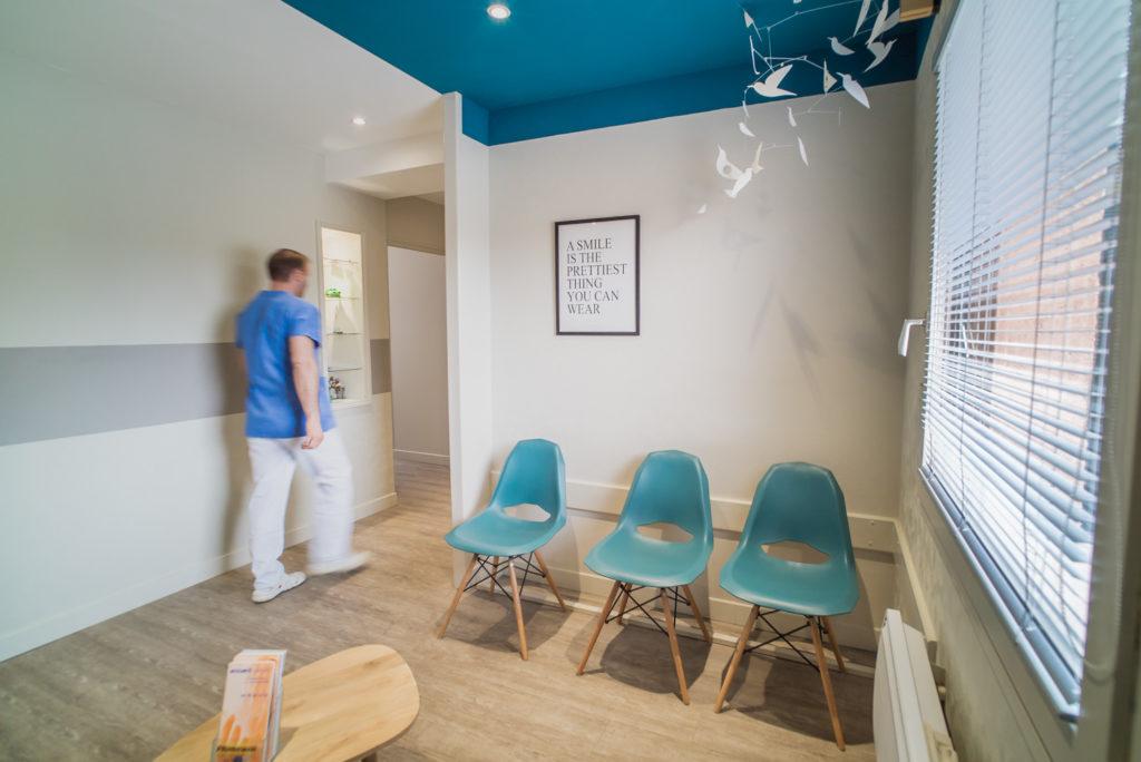 Toujours un lien avec le bleu dans la seconde salle d'attente très poétique des dentistes