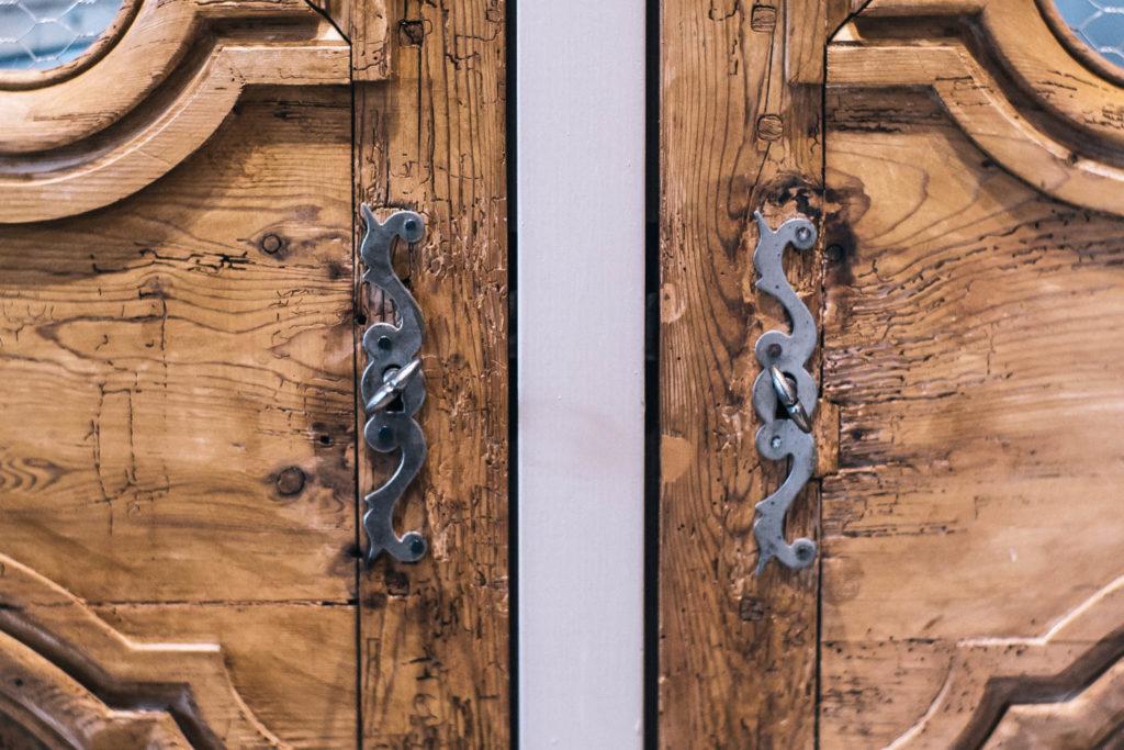Détail des poignées de portes du placard