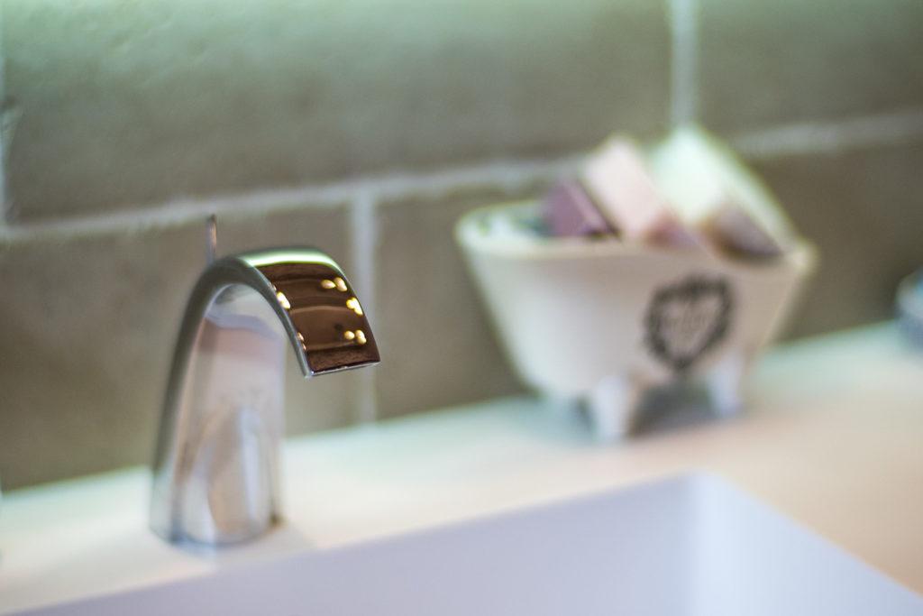 Détail sur la robinetterie de la vasque