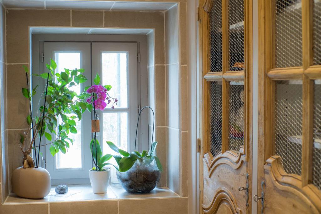 cette fenêtre a été créée pour apporter plus de lumière naturelle à la salle de bain
