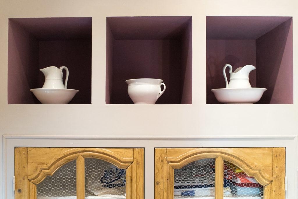 Vue sur les niches créées spécialement pour intégrer les décoration de la propriétaire