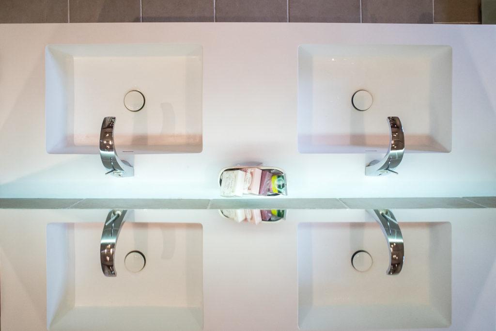 Perspective de la vasque suspendue avec le miroir