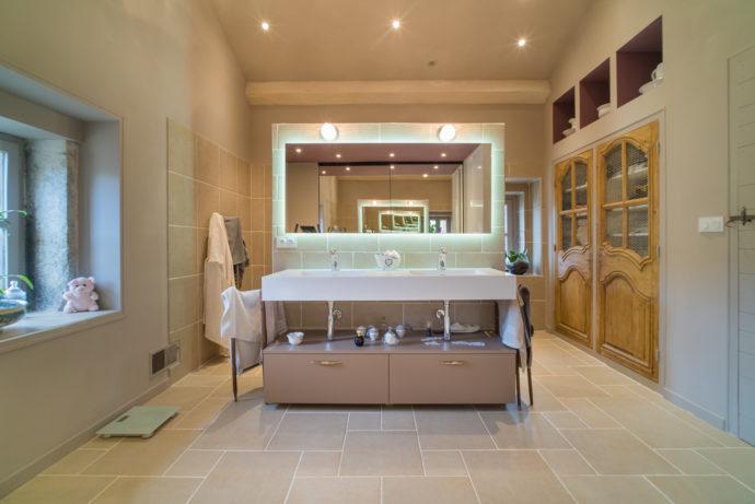 Vue sur l'ensemble de la salle de bain