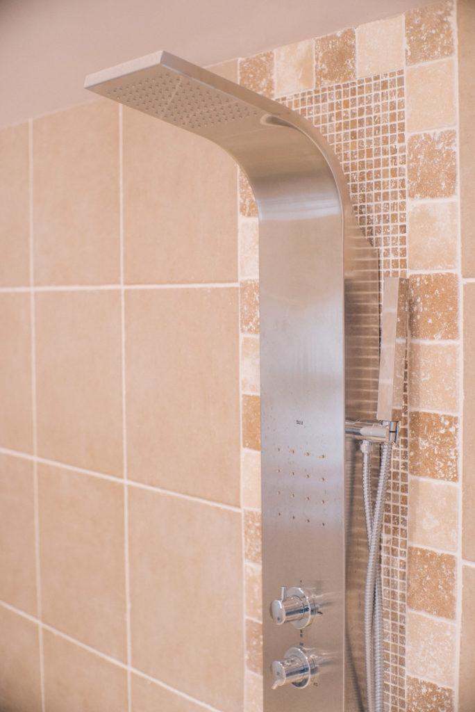 Détail sur la colonne de douche avec jets massant