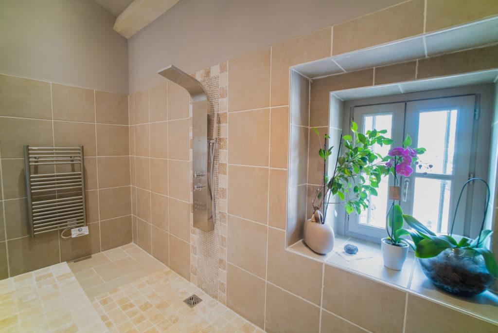 Vue sur la nouvelle fenêtre créée pour apporter plus de lumière naturelle dans la salle de bain