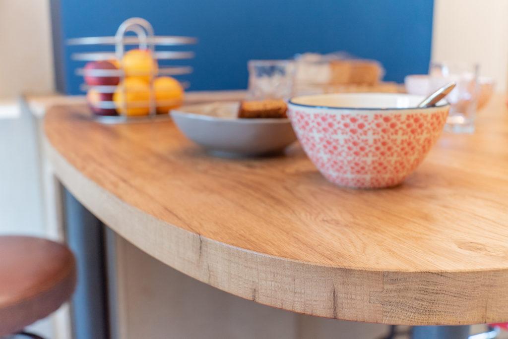 La table réalisée sur-mesure en bois recyclé devait servir qu'à boire l'apéro et agrandir le plan de travail