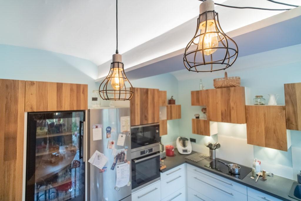 Détail lumière avec les suspensions et les leds qui éclairent les voutes de la cuisine