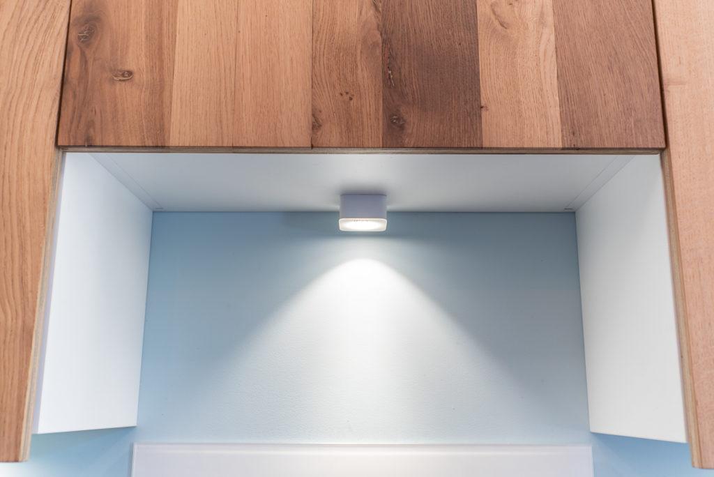 Détail sur les appliques sous les meubles de cuisine pour éclairer le plan de travail