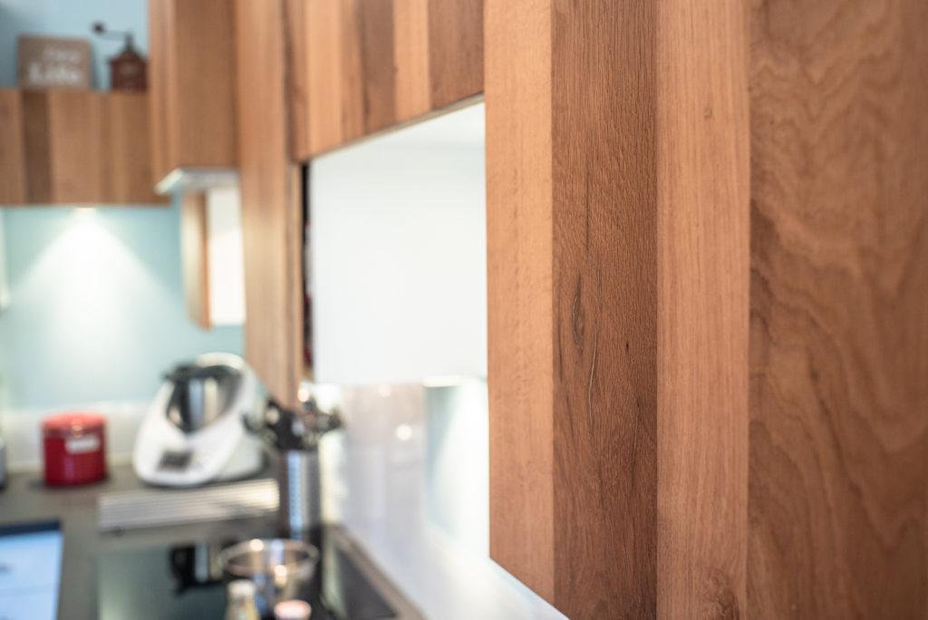 Les portes en bois recyclé dans la cuisine des Limoncello